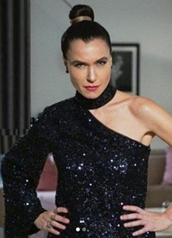 Yasak Elma Dizisi 19 Kasım Ender'in Giydiği Siyah Bluz