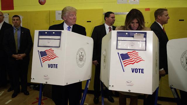 أثارت جدلا واسعا: ترامب يسترق النظر إلى ورقة ميلانيا في مكتب الإقتراع