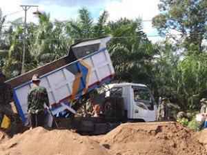 Satgas TMMD Ke-111 Kodim 1207/Pontianak Meratakan Gundukan Pasir di Desa Kuala Mandor B