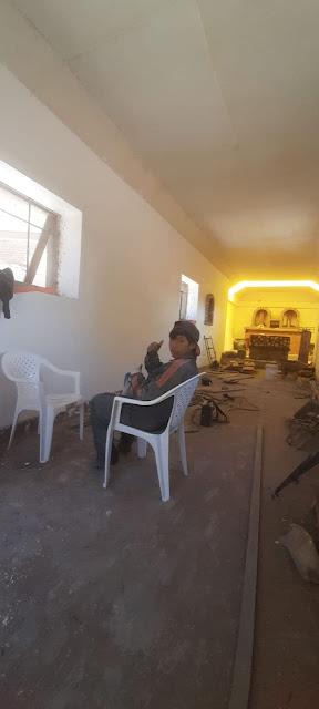 Arbeiten im Inneren der Kapelle von Zapatera Bolivien. Jetzt Frühstückspause.