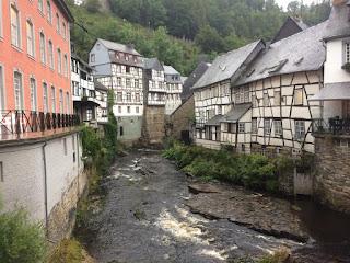 Die Rur fließt durch Monschau. Die bekannten Monschauer Fachwerkhäuser strahlen eine gewisse Ruhe aus.