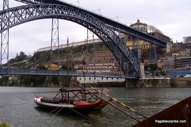 Rabelos, barcos típicos do Rio Douro, ancorados no Cais da Ribeira, Porto, Portugal