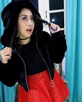 Model Sarah Ardhelia Ferreti cewek mansi rok merah