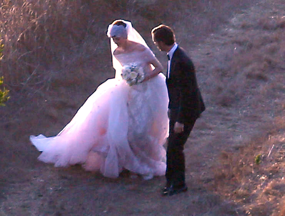 Anne hathaway wears valentino on her secret wedding to adam shulman junglespirit Gallery