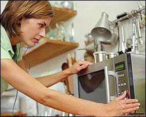 Mujer programando horno microondas