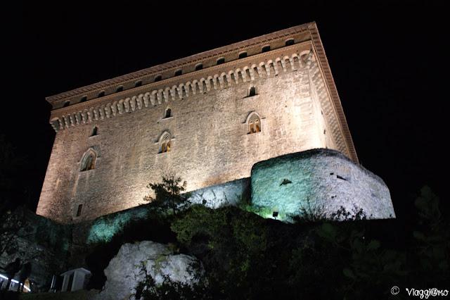 L'imponente sagoma del Castello di Verres in notturna