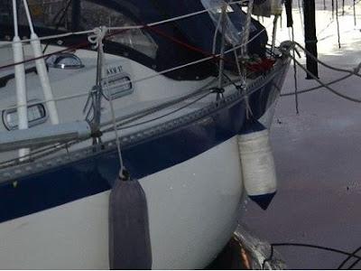 Båt vid brygga i närbild