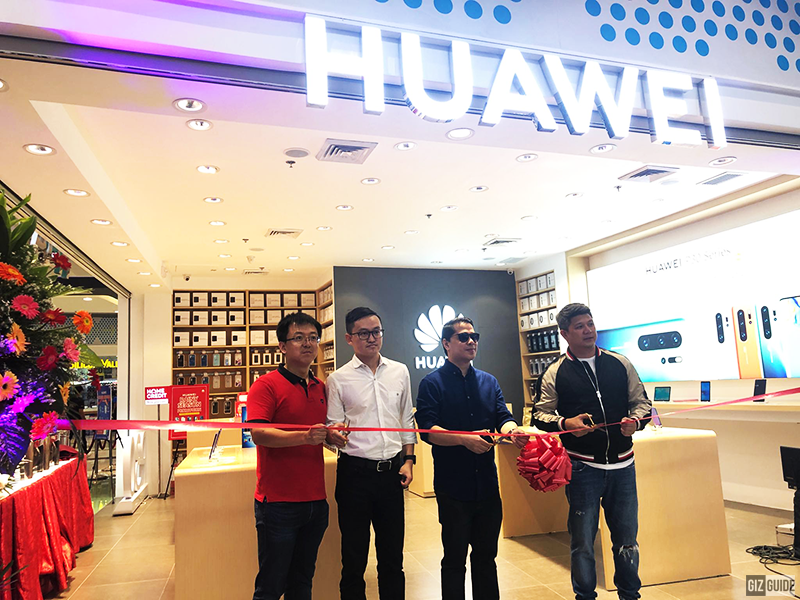 Huawei SM City Fairview is now open! (from left to right) Roger Gao Huawei National Key Accounts Director, Patrick Ru Huawei Regional Business Head, Leandro Poblete President of BlueLite, and Jeff Dy Huawei Philippines Sales Director
