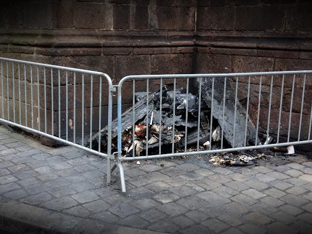 Les nouveaux dégâts au pied de l'église Saint-Germain le samedi 24 mars... Photo Erwan Corre