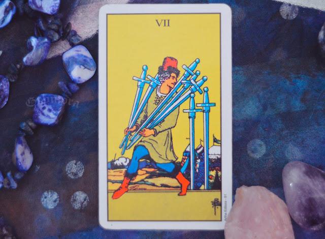 Saiba o significado da Carta do 7 de Espadas no Tarot do amor, dinheiro e trabalho, na saúde, como obstáculo ou invertida e como conselho.