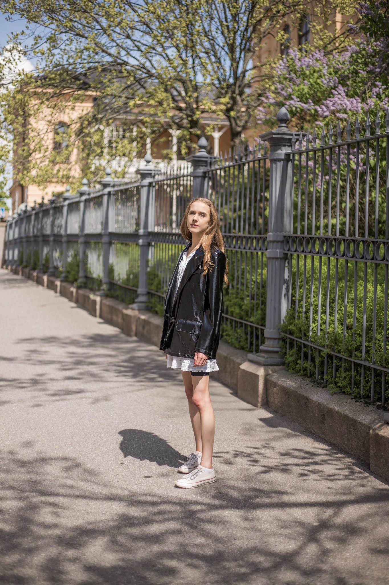 Valkoinen kesämekko ja musta tekonahkainen bleiseri // White summer dress and black faux leather blazer