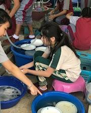 Khoảnh khắc chụp vội lúc rửa chén của hot girl nhí Thái Lan khiến cư dân mạng ráo riết truy tìm thông tin