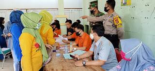 Bhabinkamtibmas Polsek Labakkang Polres Pangkep Kawal Penyaluran BST Tahap lll di Aula Kantor Desa Batara
