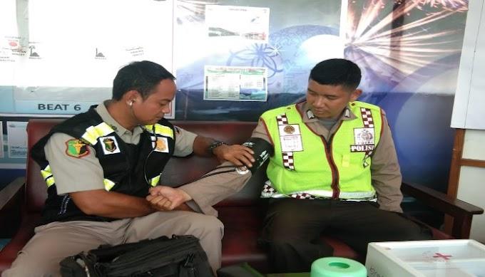 Jaga Stamina Personel, Tim Urkes Polres Serang Kabupaten Cek Kesehatan Petugas Pos PAM