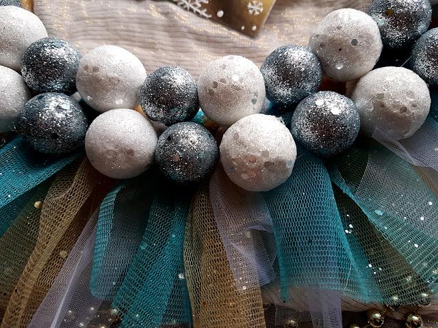 dekoracje i ozdoby świąteczne-wieńce na Boże Narodzenie-wieńce świąteczne -wianki-diy do it yourself- Christmas wreath -wieniec na Boże Narodzenie- handmade- Christmas crafts- Mikołaj z wacików kosmetycznych - pluszowy renifer- home decor