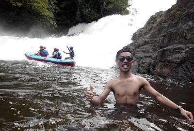 Informasi mengenai destinasi wisata riam merasap atau air terjun merasap yang berlokasi di provinsi Kalimantan Barat.