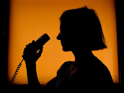 An employee of the telephone counseling service takes a call. Photo: Patrick Pleul / zb / dpa / archive (Photo: dpa)