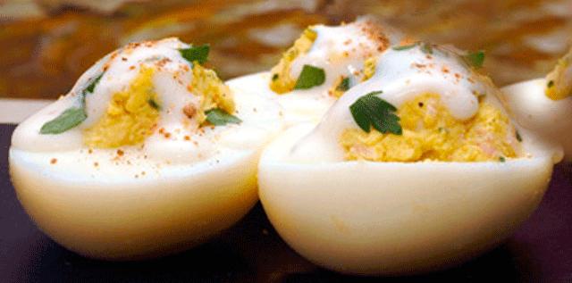 Receta de huevos rellenos bañados en salsa blanca.✅receta que uno guarda en su memoria porque casi todos hemos disfrutado de pequeños, son rápidos y fáciles de hacer