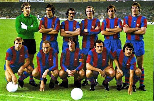 F. C. BARCELONA. Temporada 1975-76. Artola, Tomé, De la Cruz, Neeskens, Costas, Migueli. Rexach, Marcial, Johann Cruyff, Asensi y Fortes. F. C. BARCELONA 5 R. C. D. ESPAÑOL DE BARCELONA 0. 14/12/1975. Campeonato de Liga de 1ª División, jornada 13. Barcelona, Nou Camp. GOLES: 1-0: Cruyff (14'). 2-0: Marcial (22'). 3-0: Asensi (53'). 4-0: De Felipe en propia puerta (70'), 5-0: De Felipe en propia puerta (80').