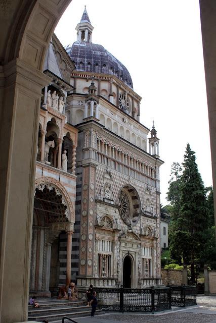 Fachada de la Basílica Santa Maria Maggiore y la Cappella Colleoni (Bergamo)
