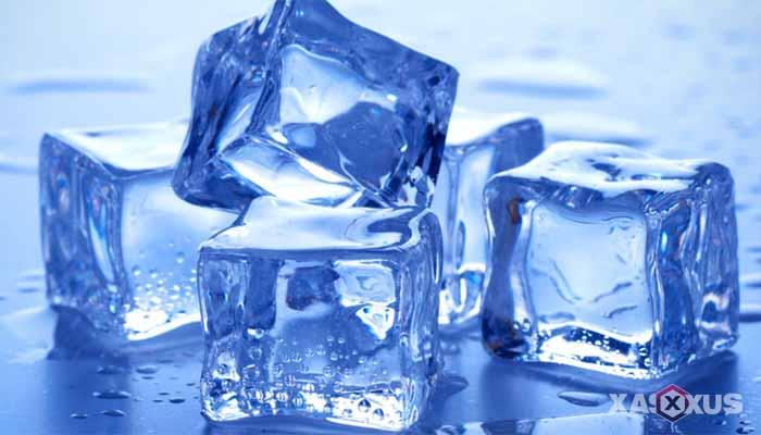 Cara memerahkan bibir dengan es batu