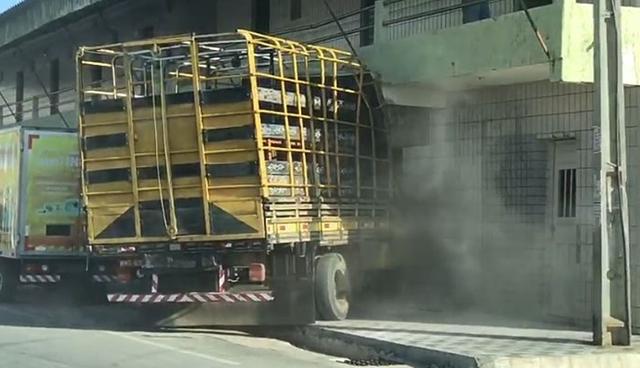 Vídeo: Caminhão apresenta defeito mecânico e invade pousada na cidade do sertão paraibano