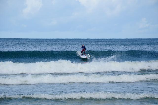SUP surfer na fali na Helu