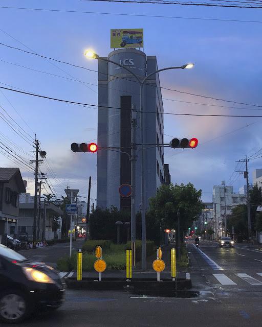 通りの二つの信号機。赤点灯