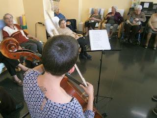 Sessió de musicoteràpia a Aviparc Centre de dia
