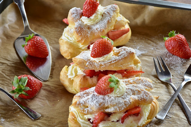 Strawberry And Cream Éclairs recipe