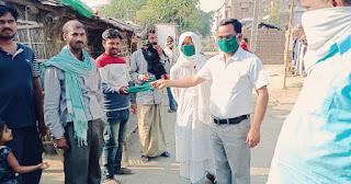 समस्तीपुर के रतवारा गाँव मे ग्रामीणों के बीच मास्क और साबुन का वितरण किया गया