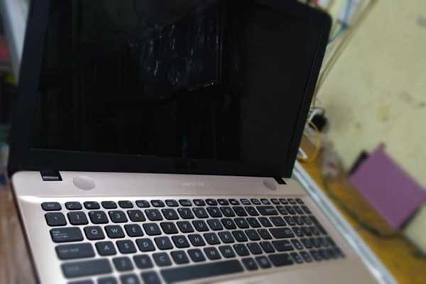 laptop layar blank hitam