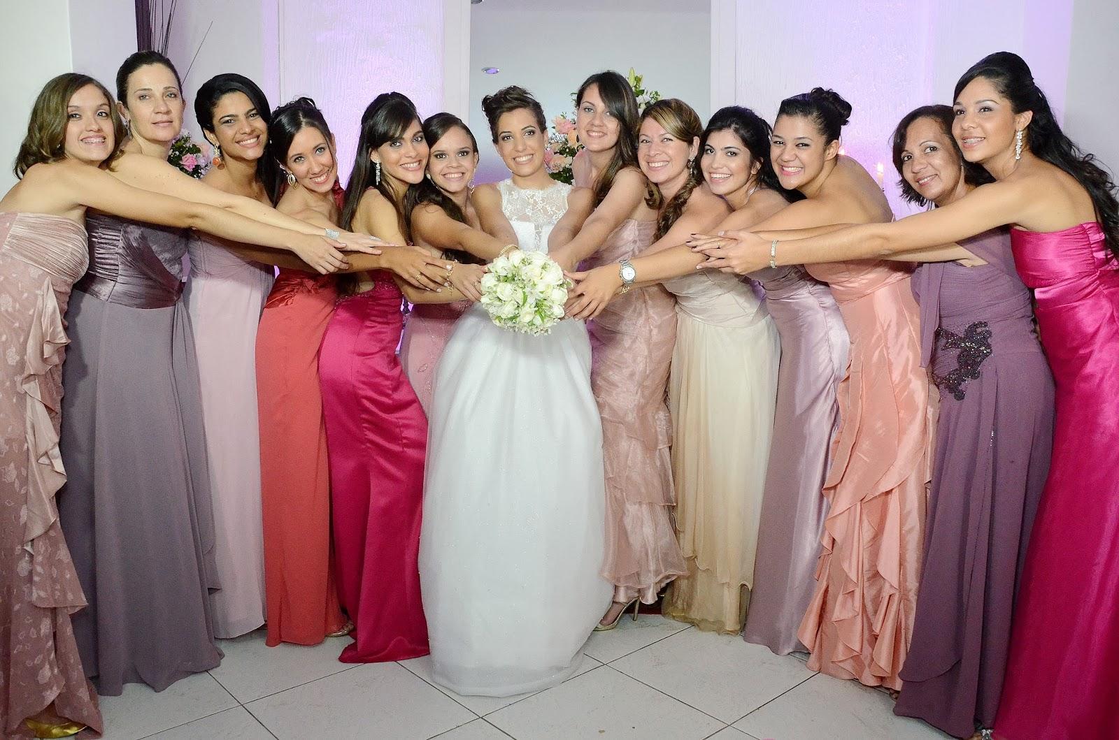 festa - recepção - madrinhas - foto com as madrinhas - foto divertida com as madrinhas - madrinhas com vestidos da mesma cor