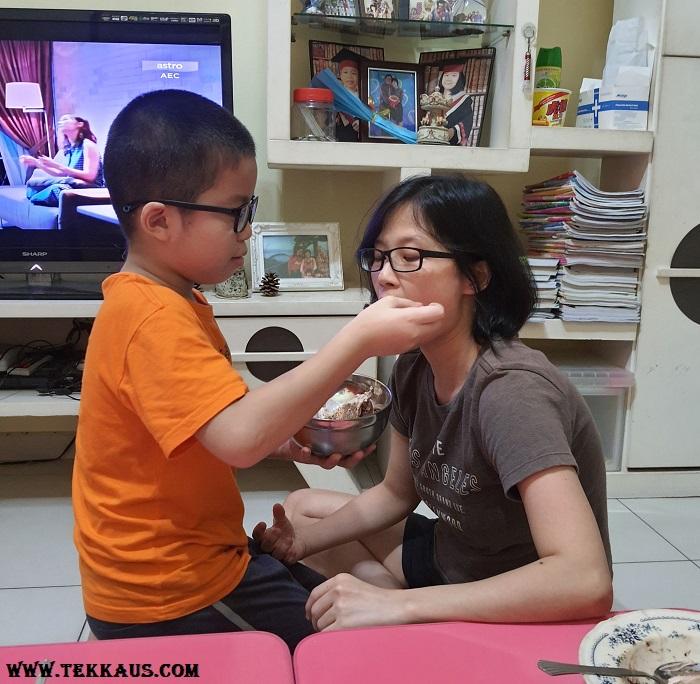 Jordan boy feeding his mommy cake