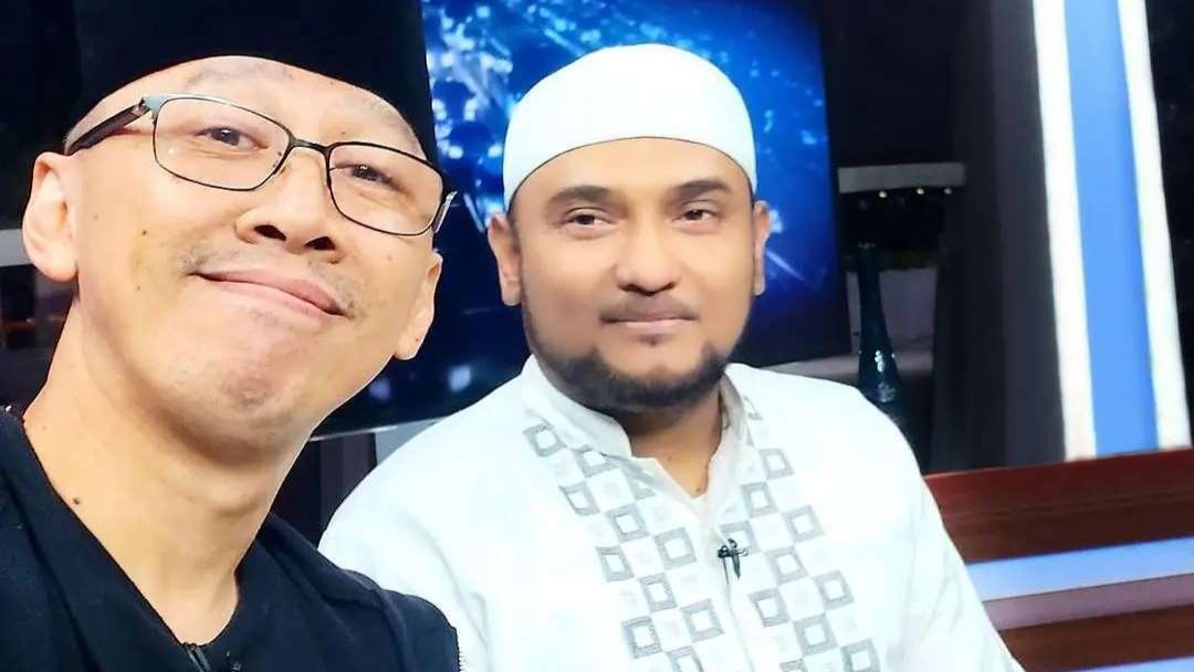 Abu Janda Selfie dan Puji Novel Bamukmin, Pindah Kubu?