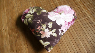 uszyta poduszka serce na fotel