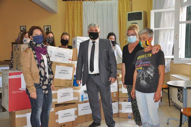 Την αλληλεγγύη τους προς τους κατοίκους της Καρδίτσας, οι οποίοι δοκιμάζονται από τις πρόσφατες πλημμύρες, εξέφρασαν έμπρακτα οι πολίτες της Πρέβεζας, συμμετέχοντας είτε συλλογικά είτε μεμονωμένα στη συγκέντρωση βοήθειας που διοργάνωσε μέσω των Κοινωνικών Δομών του ο Δήμος Πρέβεζας.