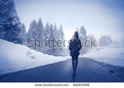 Γυναίκα περπατάει σε δρόμο που περιβάλλεται από χιόνι. Ακολουθεί το κείμενο: Τὰ καλοκαίρια φύγαν περιστέρια, λευκὰ φτερὰ καὶ πέπλα ἀπ' τὸ στημόνι τ' ἀχνὸ τοῦ νοῦ. Μὰ στὰ κρινένια χέρια τὰ δάχτυλά σου λυώνουν τώρα χιόνι.     Τοῦ νοῦ στημόνι –χιόνι. Καὶ στὴ μόνη χαρά μας –νὰ σὲ κλάψει ποιὸς μπορεί;– κάποτε φτάσαμε ὄνειρο κι ἀφιόνι, καὶ τ' ὄνειρό μας –θάλασσα οἱ καιροί –     κερὶ καὶ λυώνει. Φεύγεις, γαλανὴ φλόγα, καπνὸς στὰ σύννεφα τῆς σκέψης. … Στὸ χιόνι, ἐκεῖ, στ' ἀδέρφια σου, γυμνή, Τὰ δάχτυλά σου πάλι θὰ γυρέψεις.