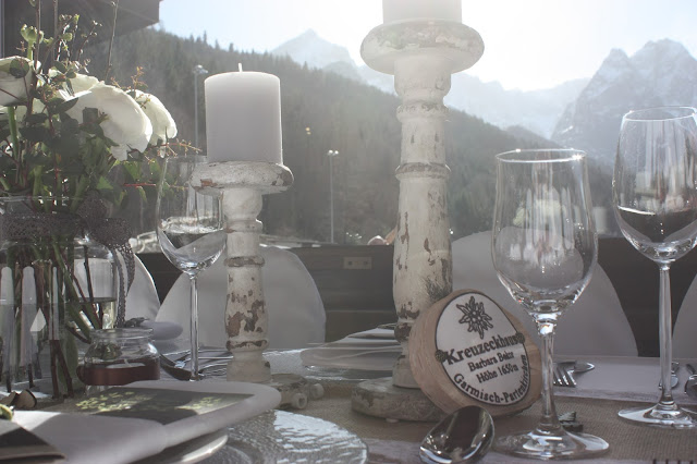 Tischdekoration und Bergkulisse, Winterfrühlingshochzeit in den Bergen im März, Berghochzeit im Riessersee Hotel Garmisch-Partenkirchen, Bayern, Wedding in Bavaria, March, spring, winter mountain wedding
