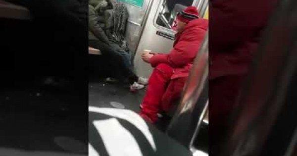 Δείτε τη στιγμή που νεαρός προσπαθεί να απαγάγει γυναίκα από βαγόνι του μετρό