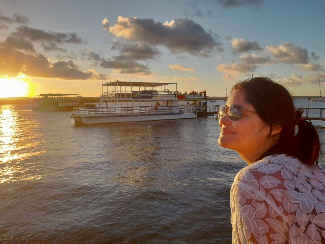 mulher de perfil olhado o por do sol