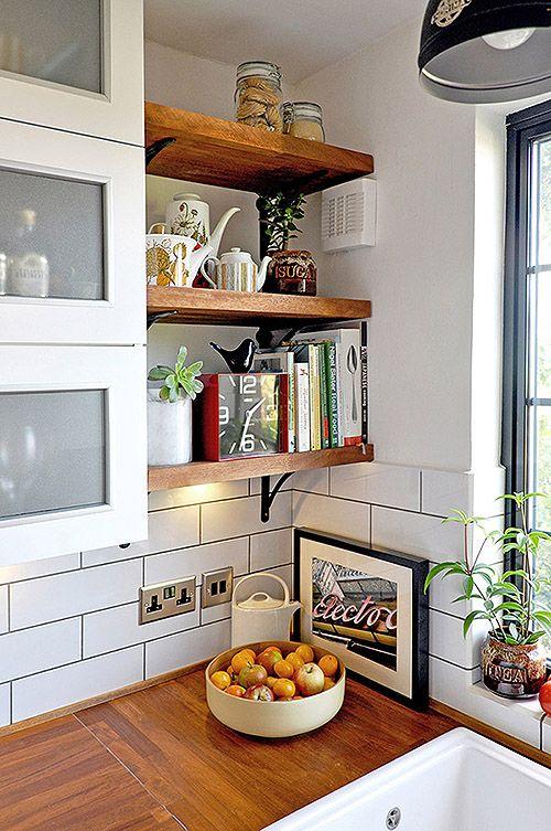 cozinha com prateleira  armarios brancos prateleira madeira
