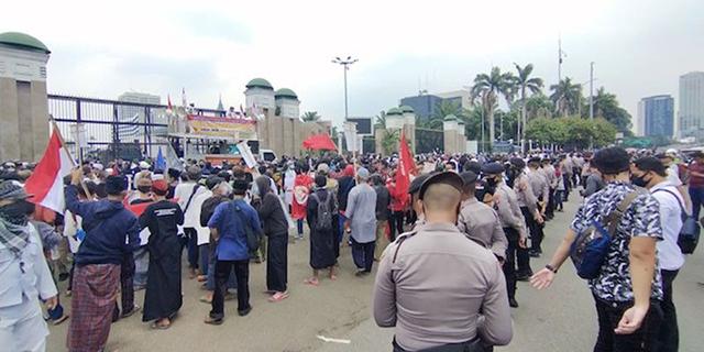 Ribuan Massa Penolak RUU HIP Mulai Padati Gerbang Gedung DPR
