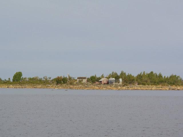 Vanha kalastajakylä saaressa mereltä katsottuna