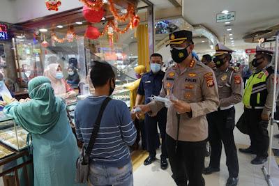Warga Apresiasi Kapolresta Bekasi Berikan Masker di Stasiun Cikarang dan Mall SGC
