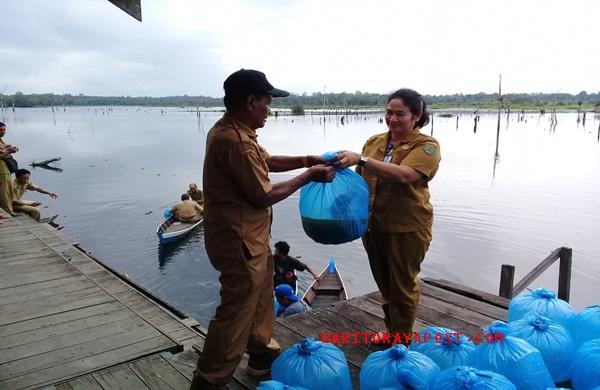 Jaga Ekosistem Agar Tetap Seimbang, Dinas Perikanan Bartim Lakukan Restocking