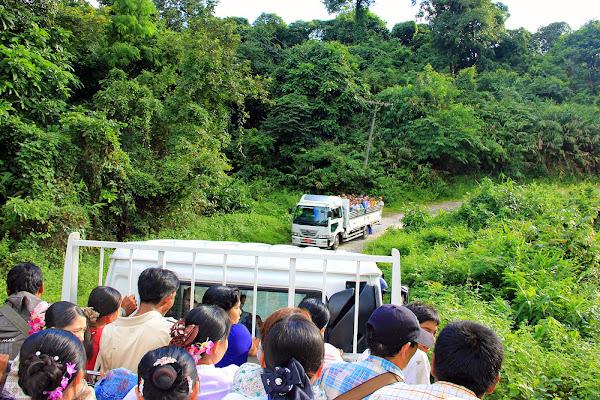 Bus a Kyaiktiyo - Roca dorada - Myanmar