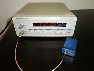 A frequência do sinal de saída do GR10M a ser medida com um frequencímetro.
