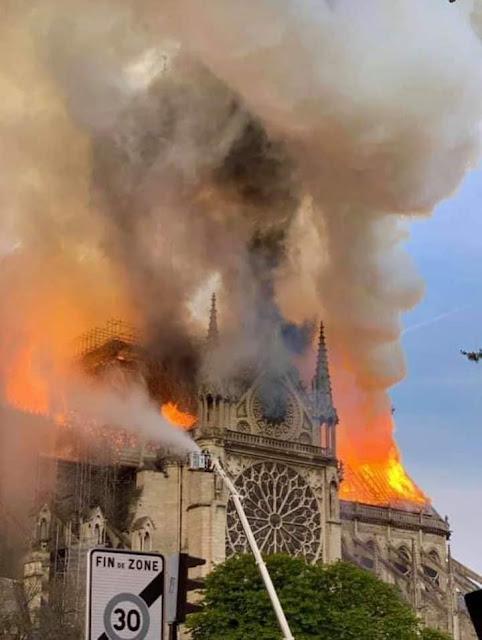 صور الحريق الهائل الذى اندلع فى برج نوتردام بفرنسا والرئيس السيسى يعرب عن تضامنه مع فرنسا فى حريق البرج التاريخى