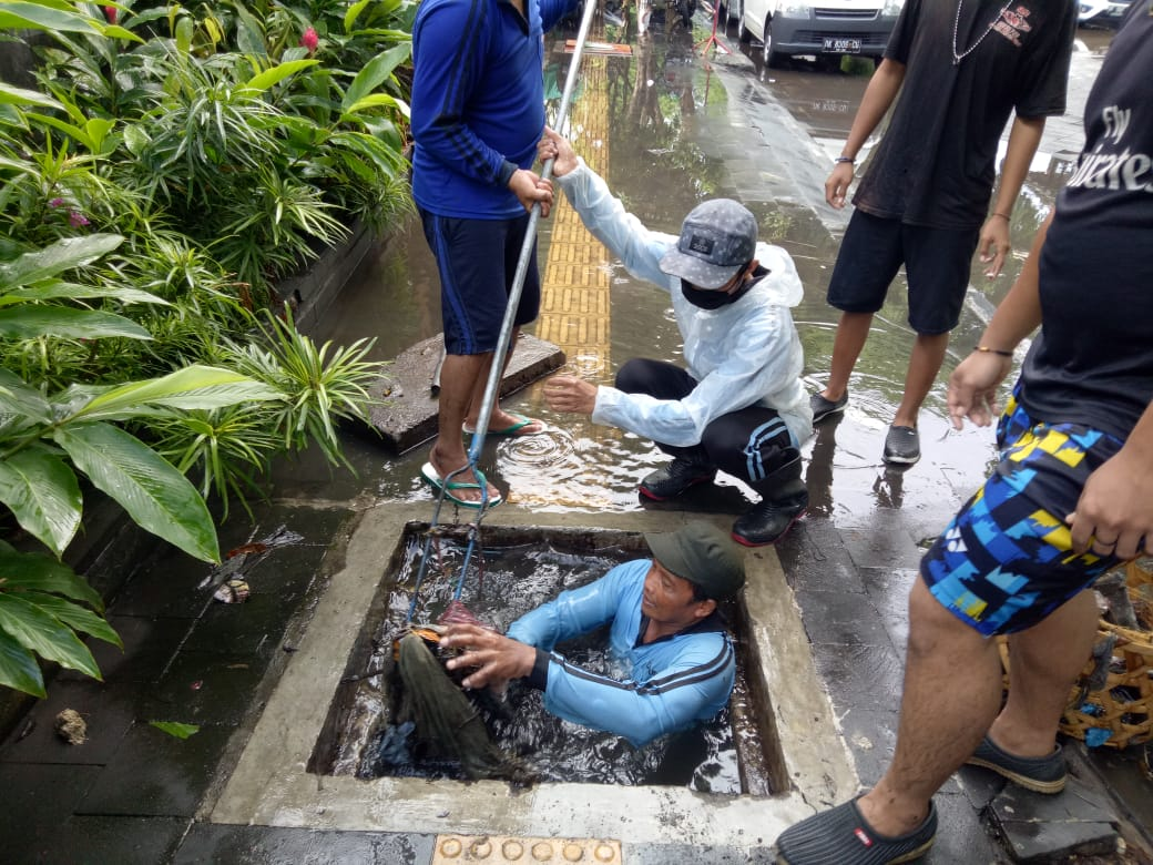 Denpasar started to rain, 45 cubic meters of garbage were being transported